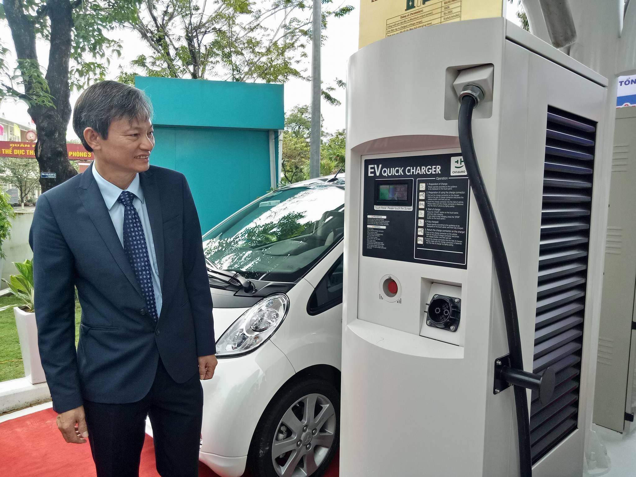 ông Trần Đình Nhân, Tổng Giám đốc EVNCPC thử nghiệm trạm sạc điện ô tô.