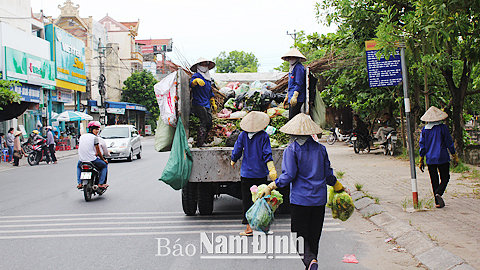 Thu gom rác thải sinh hoạt tại Thị trấn Cổ Lễ (Trực Ninh).