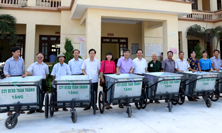 Xã Yên Nhân được tặng 10 xe chở rác