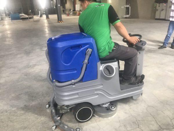Xe vệ sinh sàn liên hợp có người lái Magnum V6