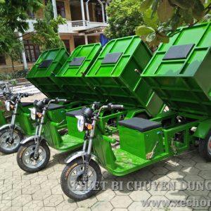Xe chở rác chạy điện thùng lật đổ 1 khối